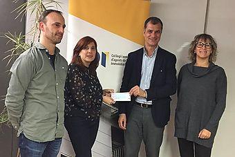 En Pere Gisbert i l'Anna Sunyer, en respresentació de Fundació Resilis rebent el premi de la mà dels representants del col·legi API