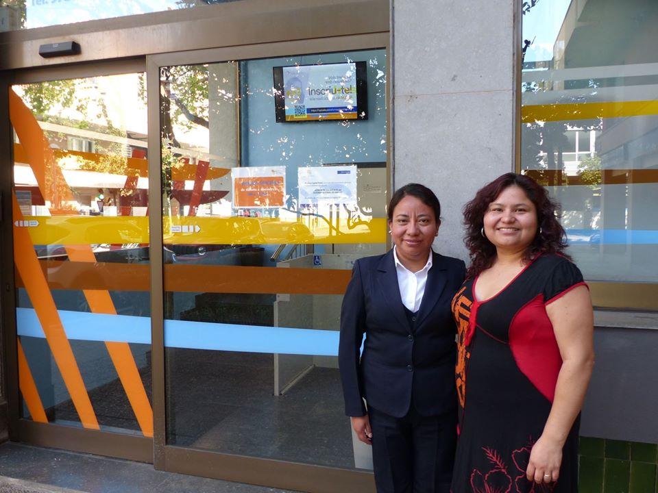 L'Amanda i la Lily davant la seu de Plataforma Educativa a Girona